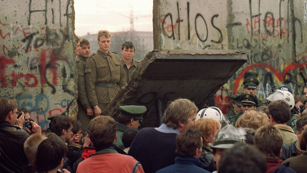 111223115628-berlin-wall-1989-horizontal-large-gallery (1)