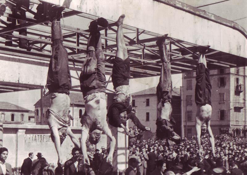 Benito Mussolini assieme alla nazionale italiana di ginnastica artistica sincronizzata