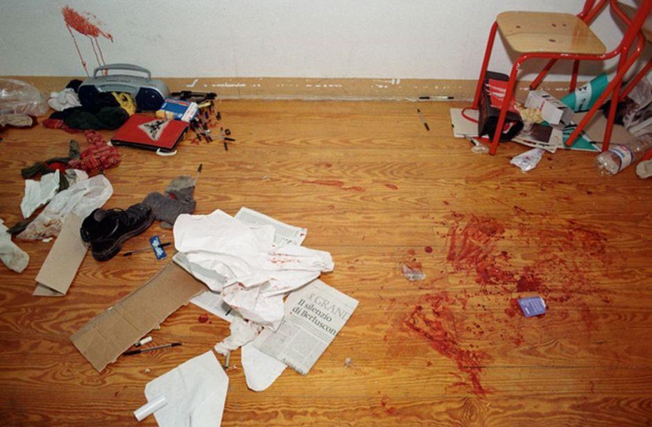 Macchie di sangue nella palestra della scuola Diaz