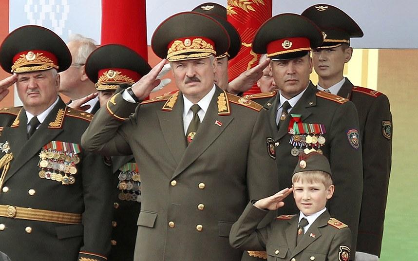 Al centro, Aleksandr Lukašenko.
