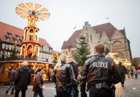 Schwer bewaffnete Polizisten gehen am 20.12.2016 über den Weihnachtsmarkt in Hildesheim (Niedersachsen). Nach dem Anschlag in Berlin wurden Sicherheitsvorkehrungen auf Weihnachtsmärkten in Niedersachsen erhöht. Foto: Julian Stratenschulte/dpa +++(c) dpa - Bildfunk+++