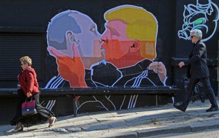 160801-trump-putin-kissing-mbe-445p_2243b5f340e83461b265385fa5005243-nbcnews-ux-2880-1000