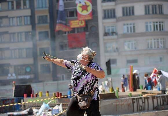 Turkish-grandma-resisting-riot-police
