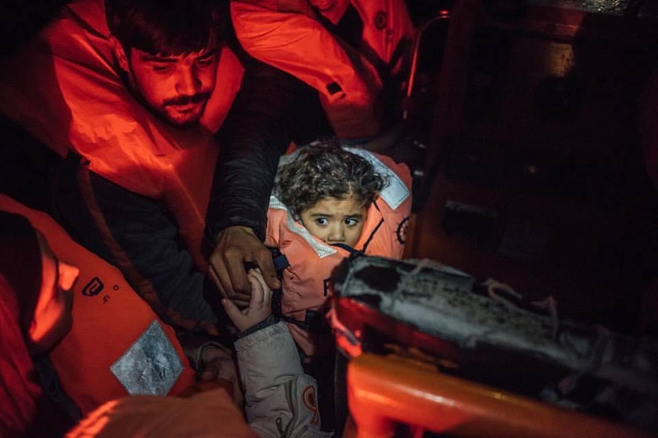 Lo sguardo terrorizzato di una bambina