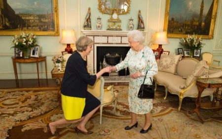 Queen_Elizabeth_II_welcomes_Theresa_May_at_the_start_of_an_audience_in_Buckingham_Palace_L-xlarge_trans_NvBQzQNjv4BqpiVx42joSuAkZ0bE9ijUnFGe0z9p1LAF7TfYUjaG654