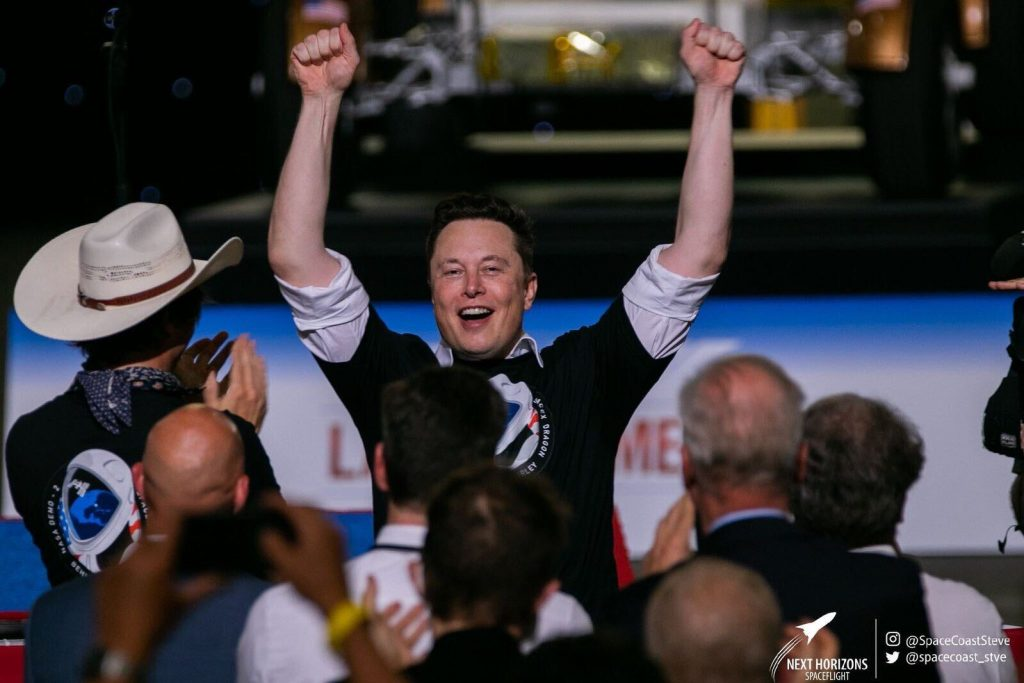 Elon Musk festeggia il lancio della capsula Dragon (© Tesmanian)