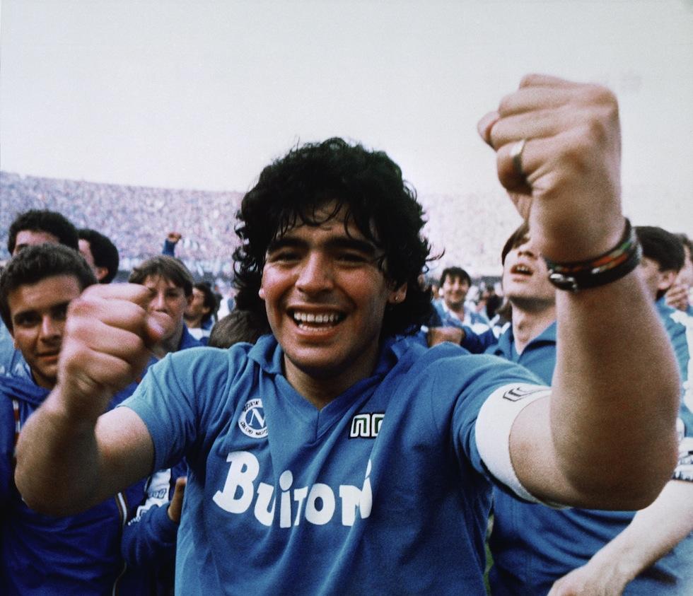 Maradona è morto: il mondo piange il campione del calcio